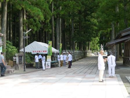 世界遺産 高野山 奥の院での「杖の点検・杖先ゴムの無料交換会」